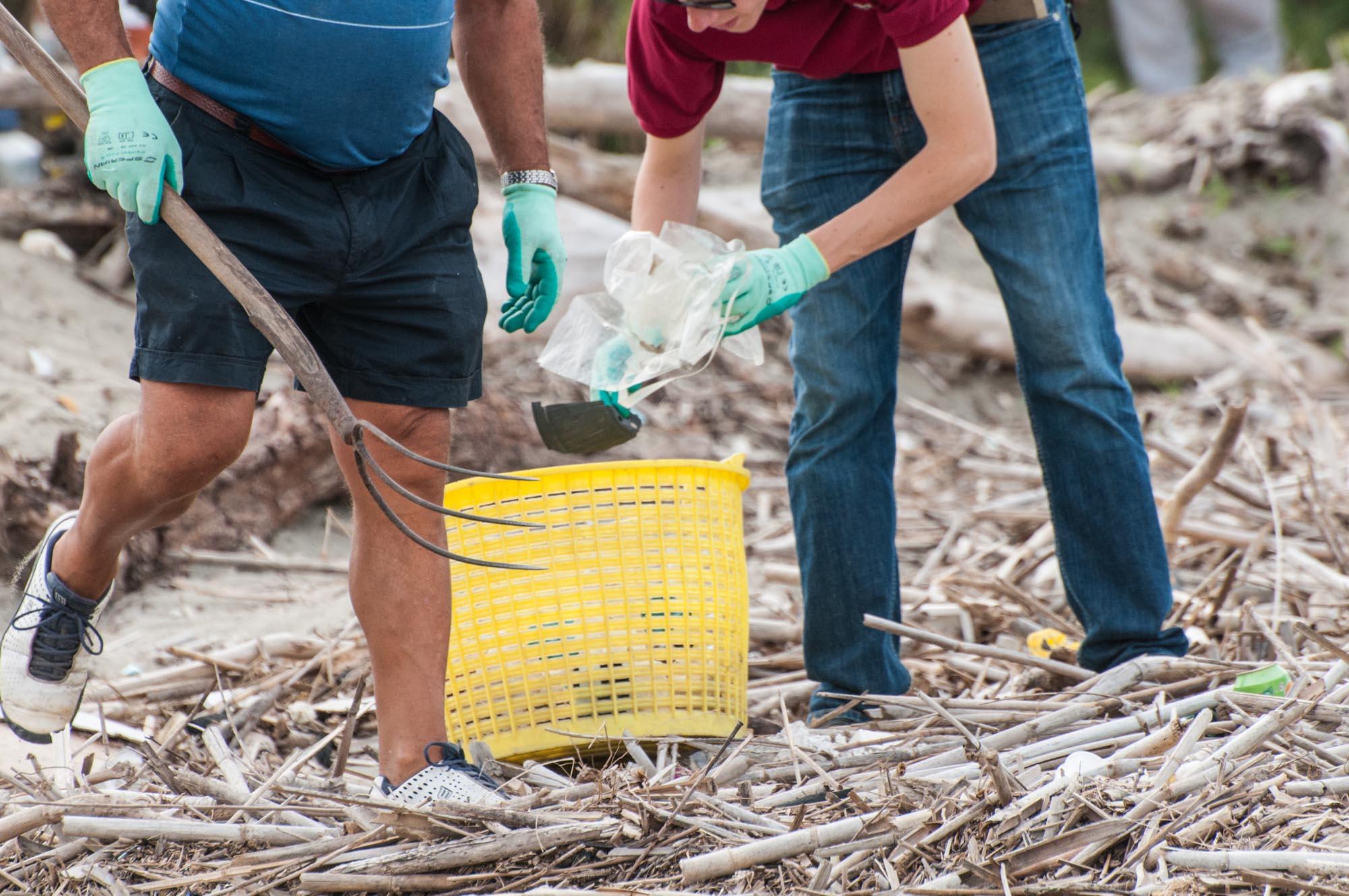 0043 Volontari per la pulizia delle spiagge - Spiagge pulite