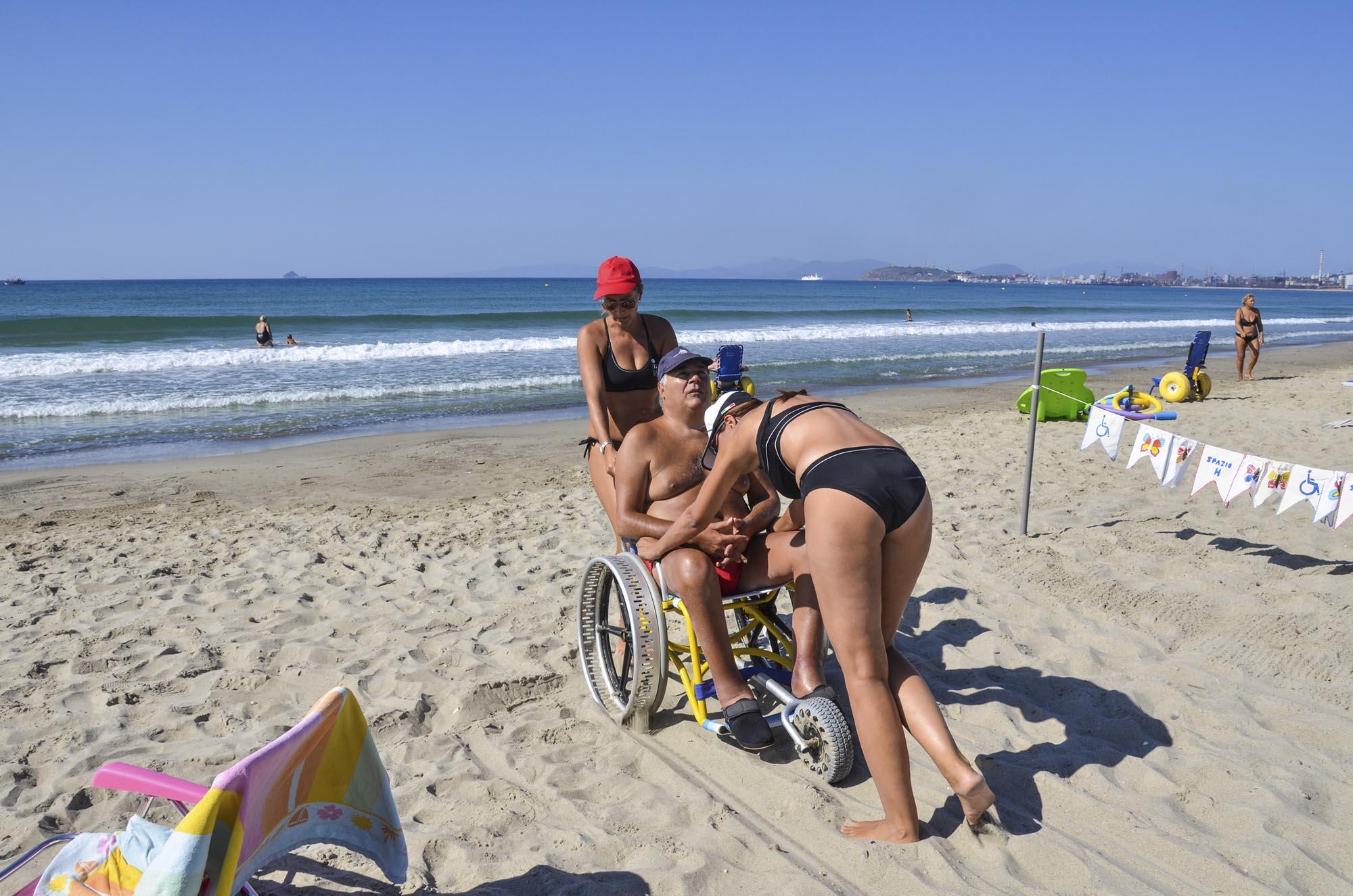 0145 Assistenza in spiaggia alle persone con disabilita 1 - Assistenza disabili in spiaggia, tutti al mare