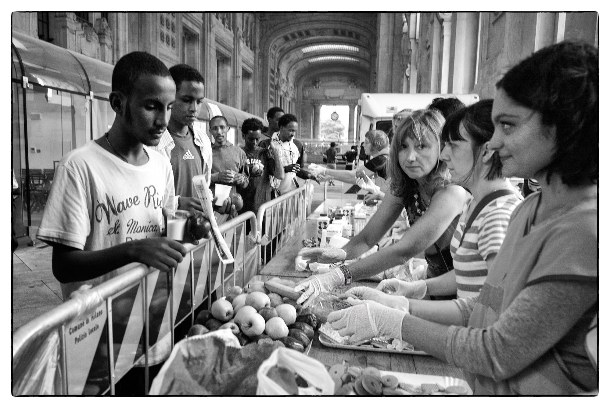 0476 Accoglienza profughi Milano 3 - Arrivo profughi a Milano