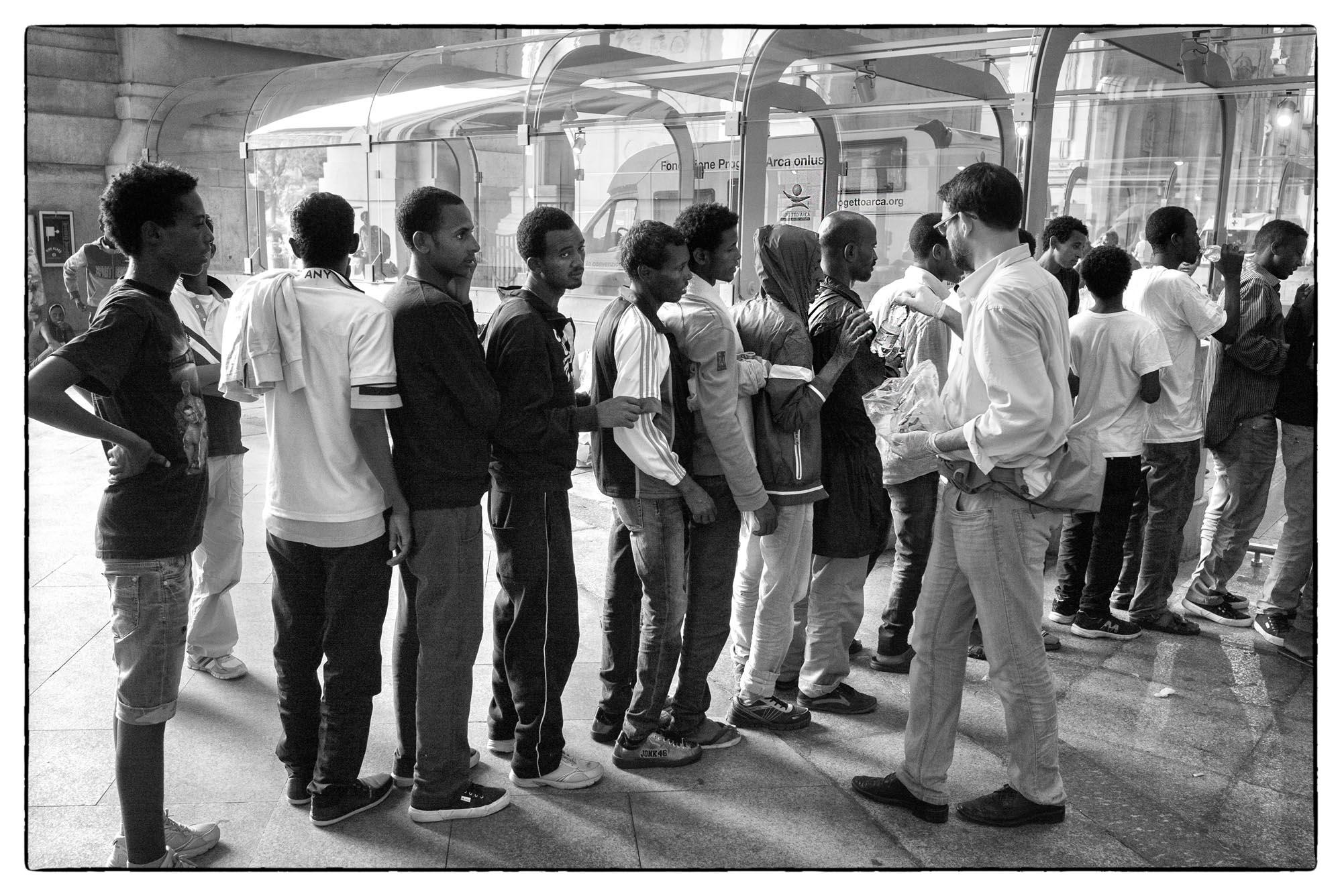 0476 Accoglienza profughi Milano 4 - Arrivo profughi a Milano