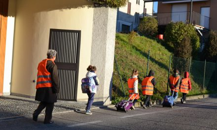 Educazione ambientale, pedibus bambini che vanno a scuola