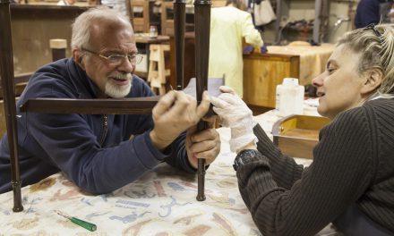 Scuola di artigianato, mani che insegnano