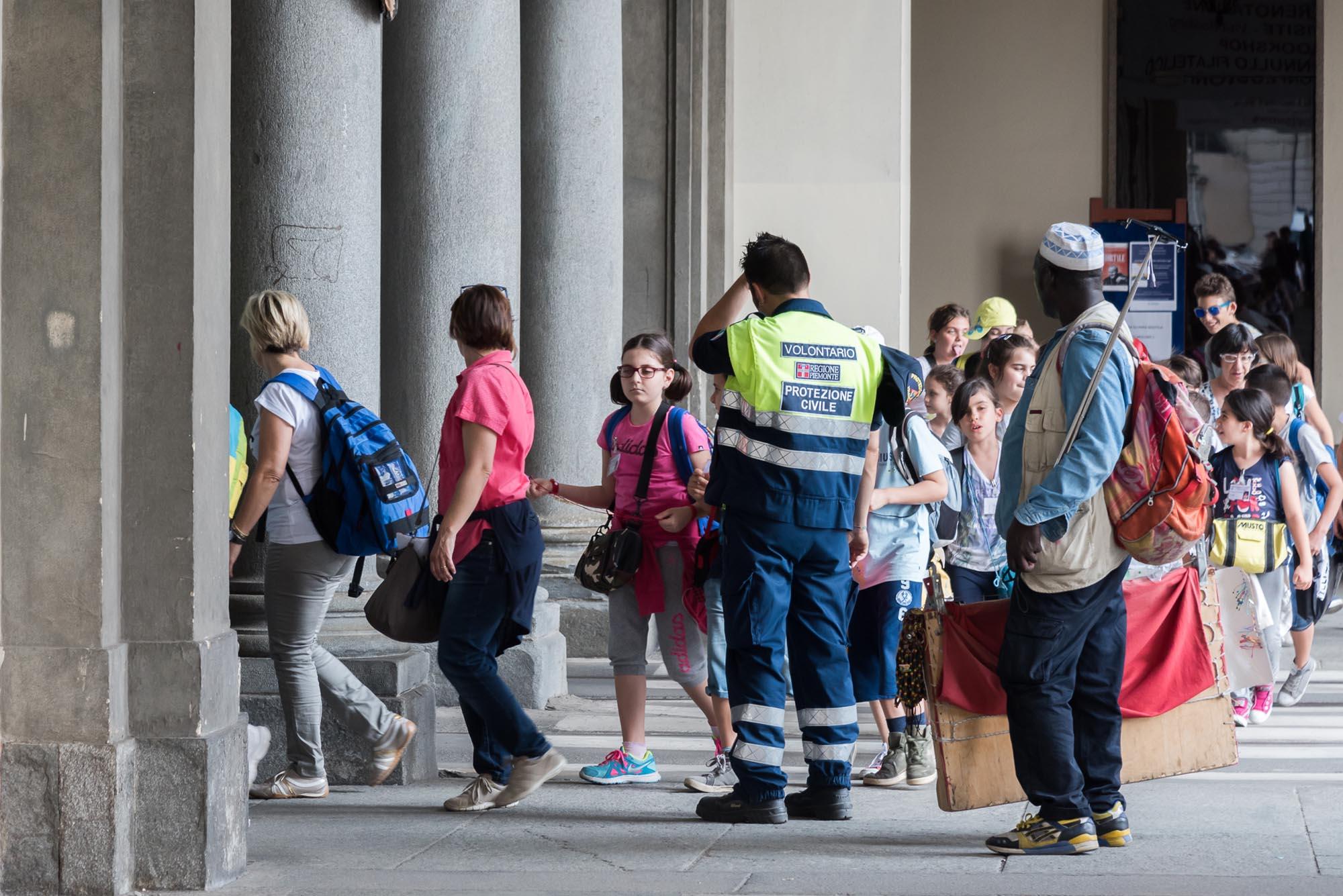 0726 Volontari durante una manifestazione pubblica religiosa - Ostensione della Sindone