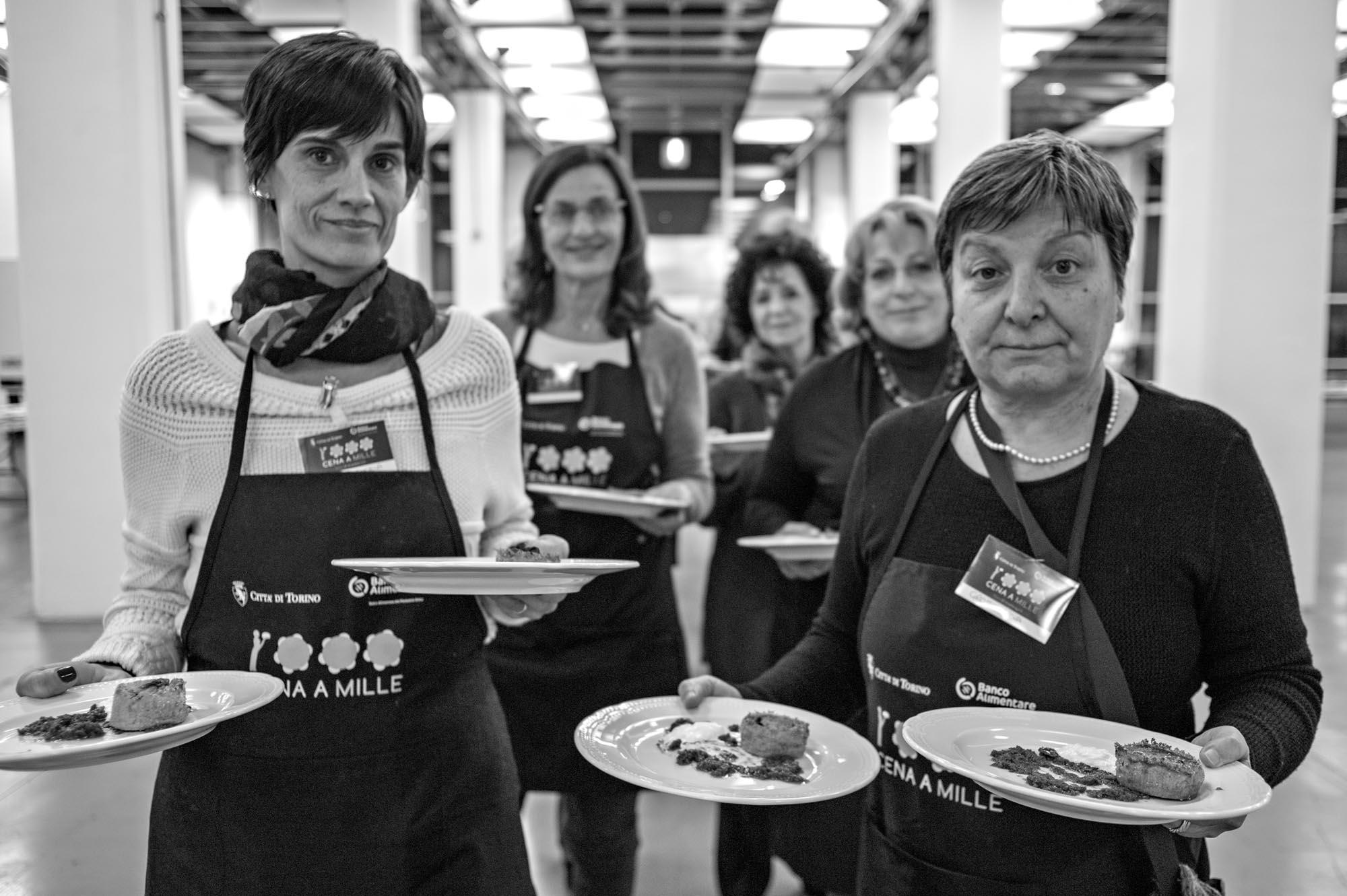 0734 Volontari in una mensa 2 - Banco alimentare, in 1000 a cena