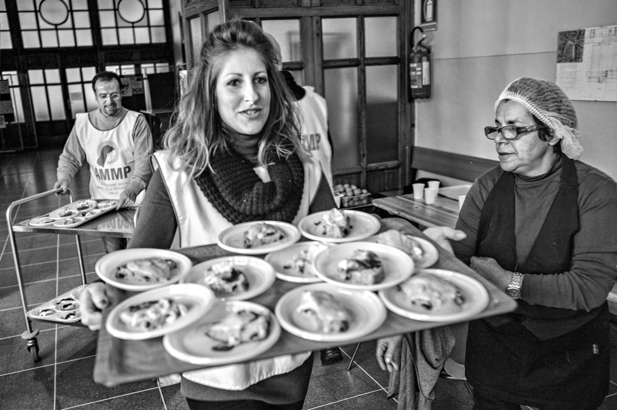 0734 Volontari in una mensa - Banco alimentare, in 1000 a cena