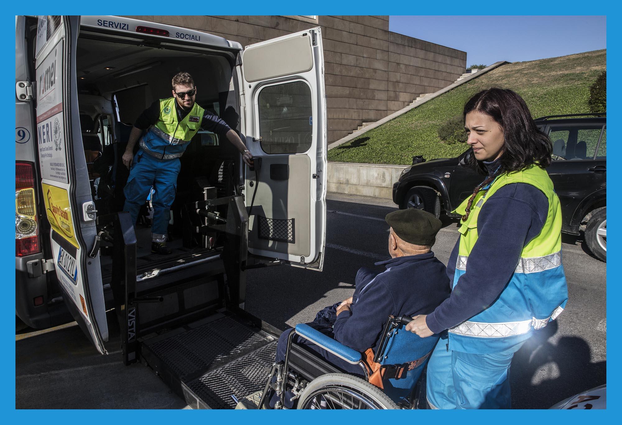 0188 Volontari soccorso e trasporto con ambulanze 1 - Volontari AVO e della Misericordia, on the other side
