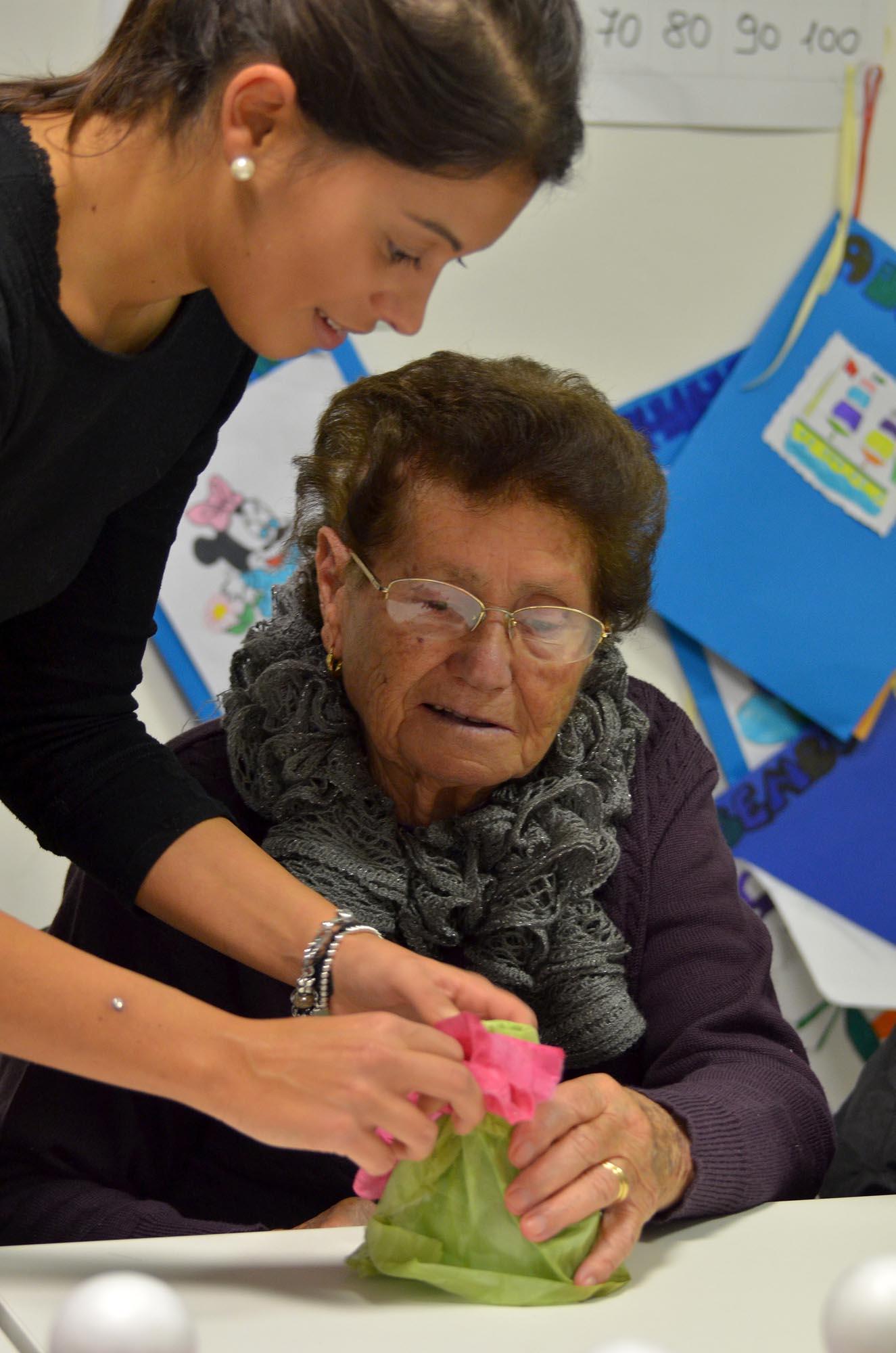 0334 Volontari assistono malati Alzheimer 1 - Assistenza malati, caffè Alzheimer Sassoferrato