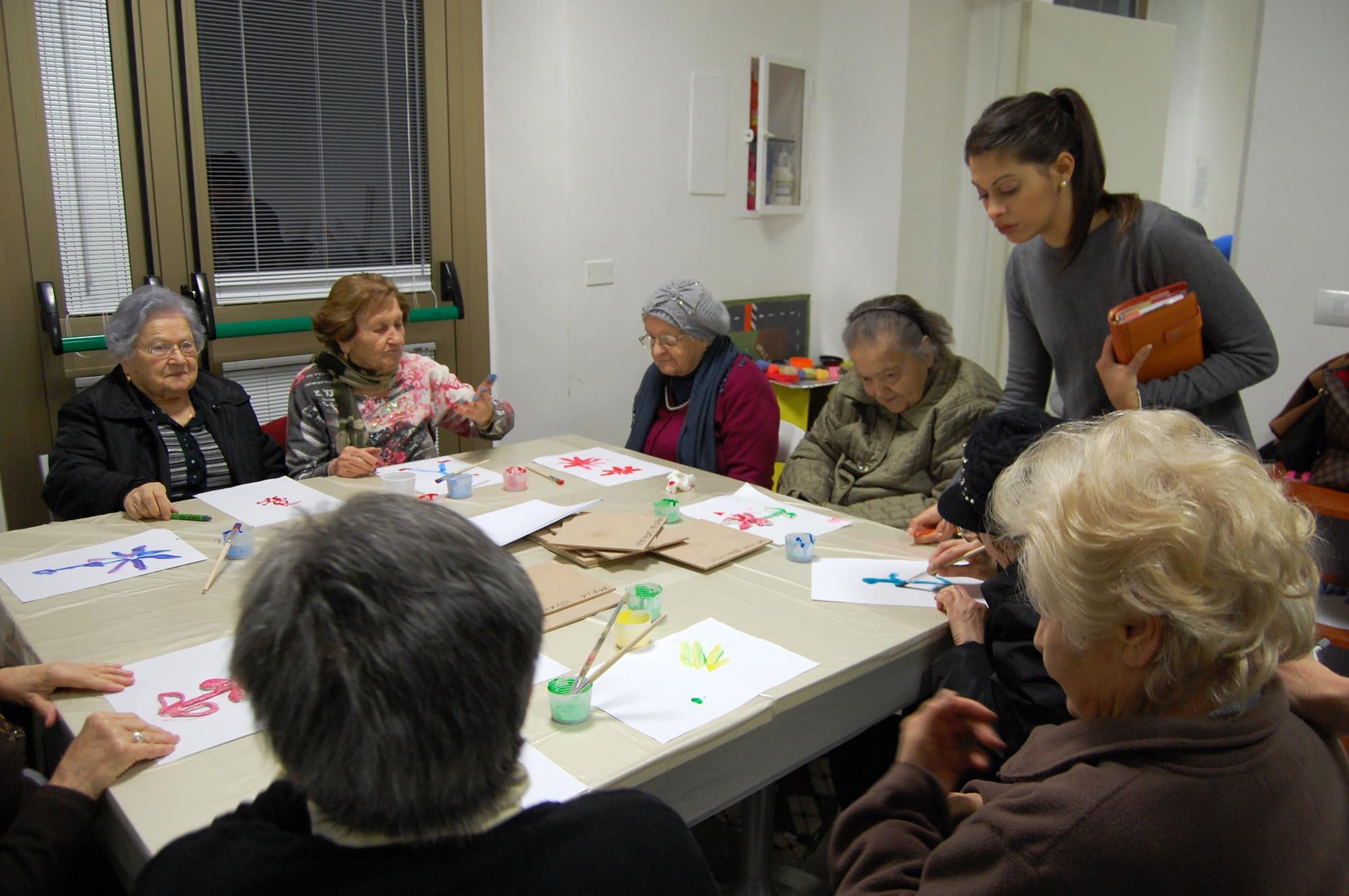 0334 Volontari assistono malati Alzheimer - Assistenza malati, caffè Alzheimer Sassoferrato