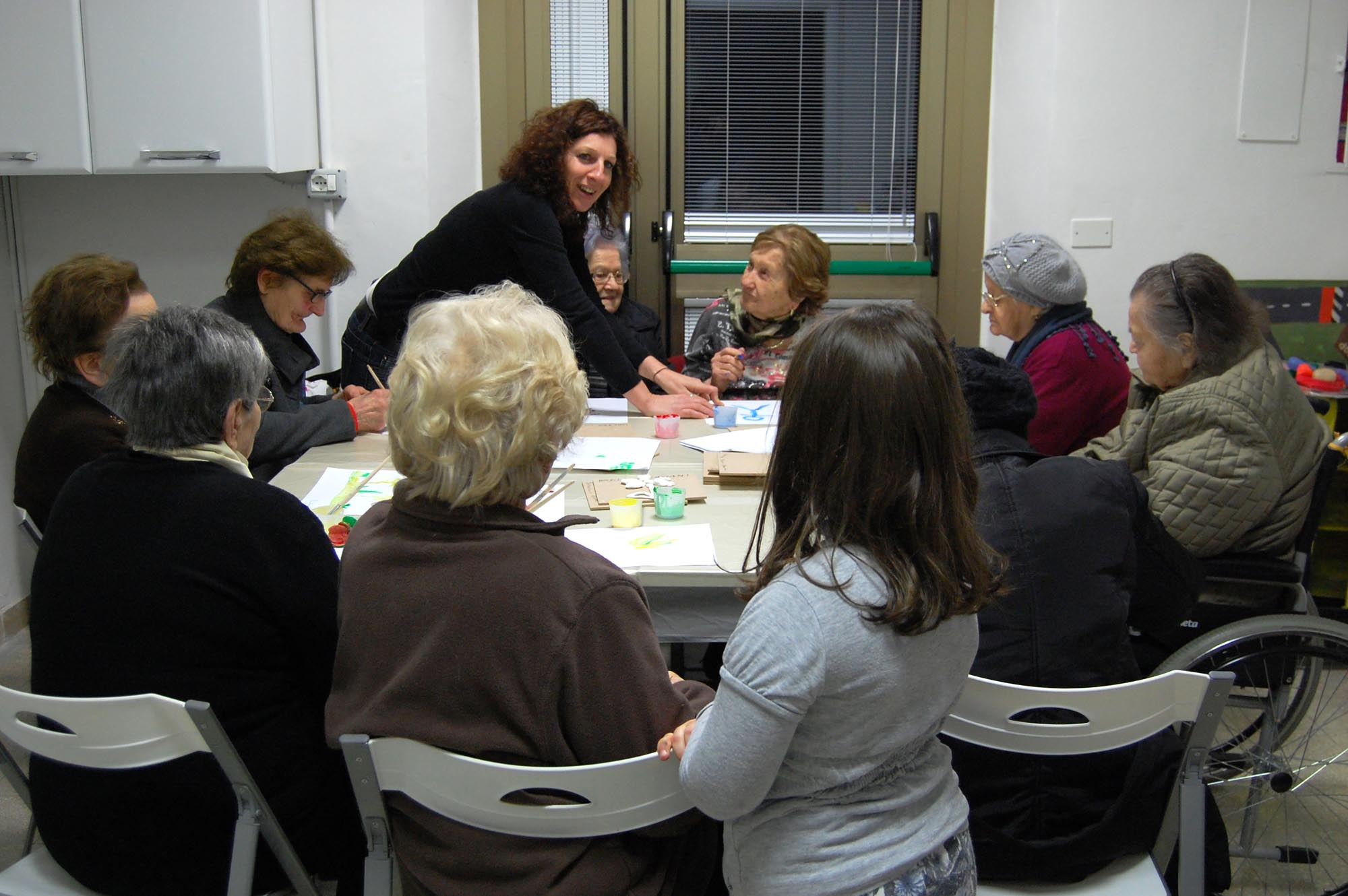 0334 Volontari che assistono malati Alzheimer - Assistenza malati, caffè Alzheimer Sassoferrato