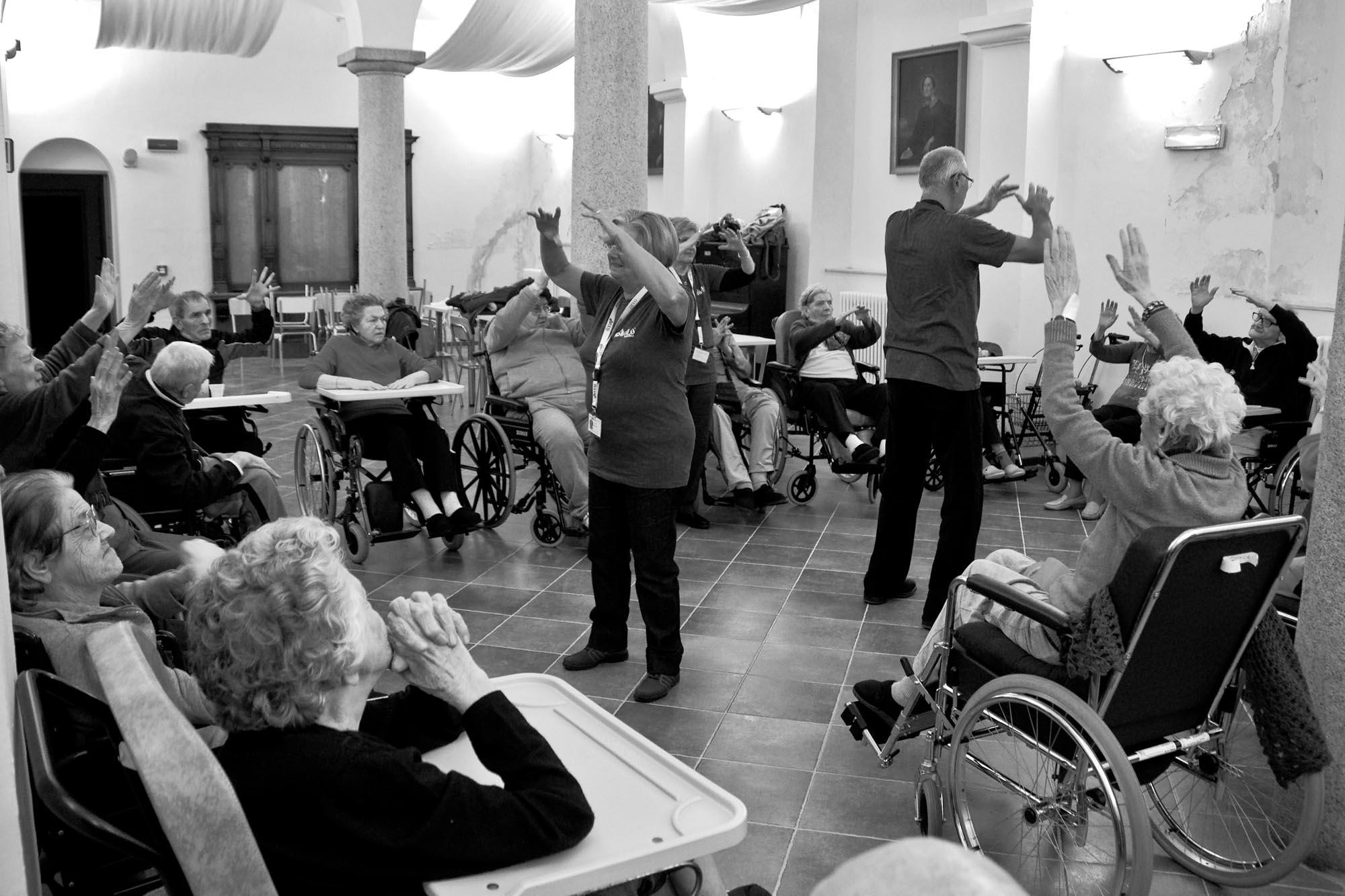 0464 Lezione ginnastica dolce anziani casa riposo - Animazione in casa di riposo, ginnastica dolce